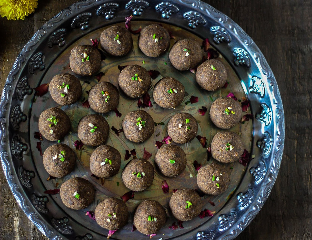 Ragi Gond laddu with dates and almonds