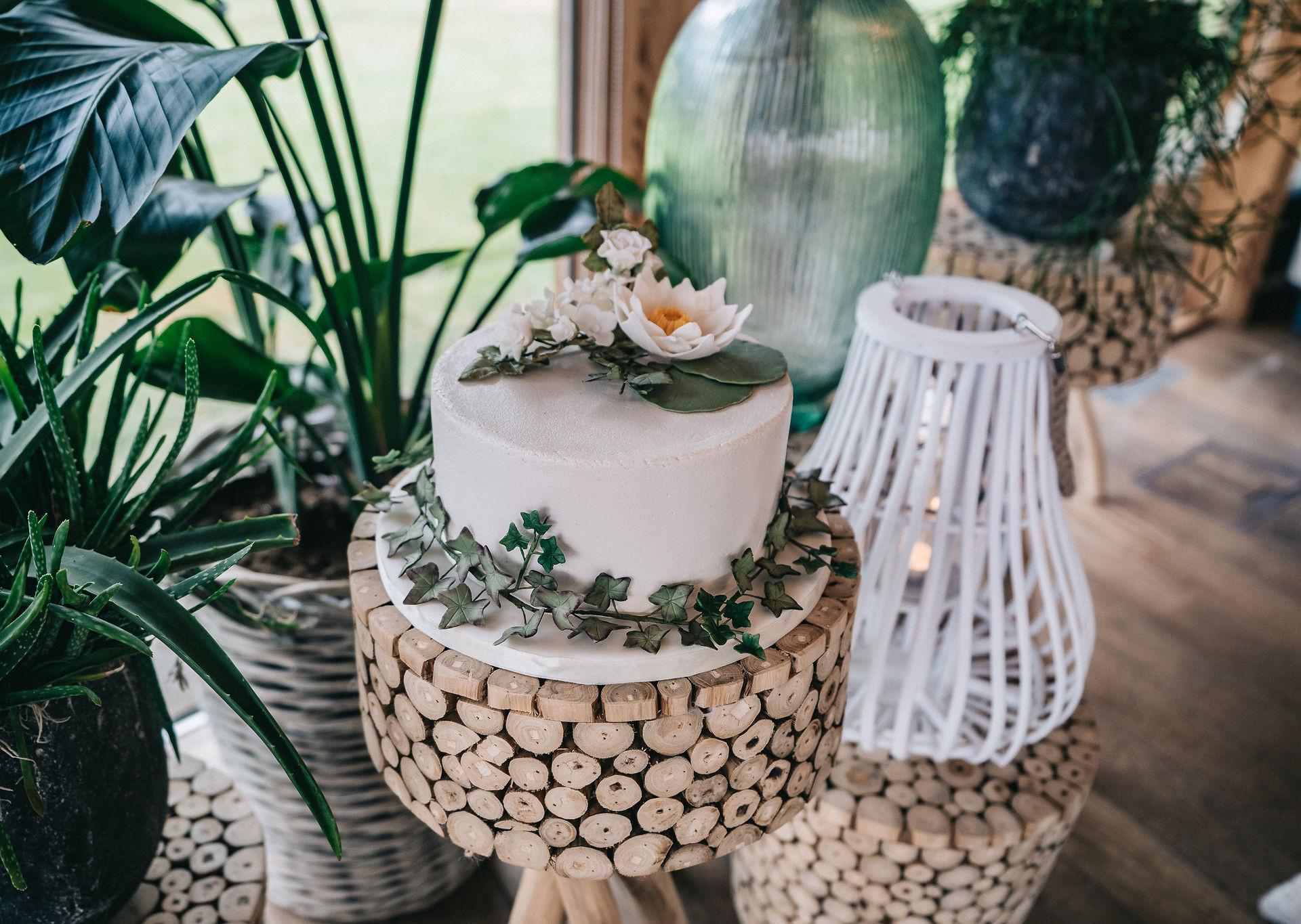 Wedding-cake-decoration-Blank-and-Burnet-Photography