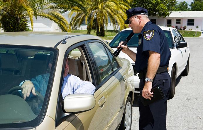 ¿Puedo decir que no si un oficial de policía quiere registrar mi auto?