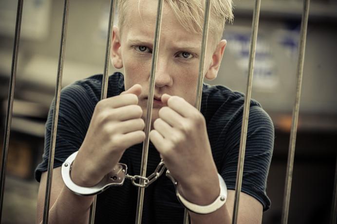 Justicia Juvenil: ¿Cómo Puedo Mantener a Mi Hijo Arrestado Alejado de los Tribunales de Adultos?