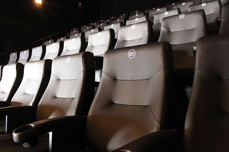 Parte interna da sala de cinema ponto cine. Poltronas.