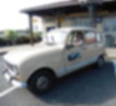 Au volant de ma voiture Renault 4 modèle 1988 servant à livrer les diamants à la poste tous les jours.