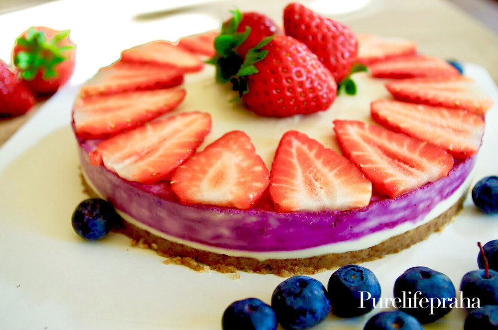 Raw Vegan Cheescake gluten free recipe. Delicious vegan recipe for cooking a raw cheesecake made with cashews, almonds, walnuts, dates.
