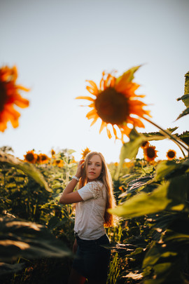 olivia_sunflower_july2019 (9 of 27).jpg