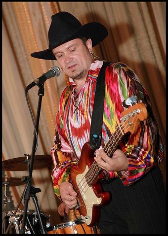 ковбойская шляпа и бас-гитара