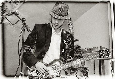 Андрис на сцене с гитарой