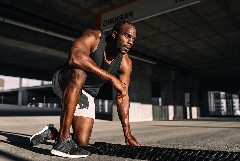 Trainierter Mann knieend beim Training