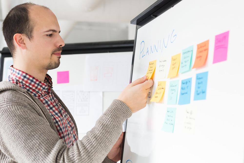 personne lisant des objectifs pour team building