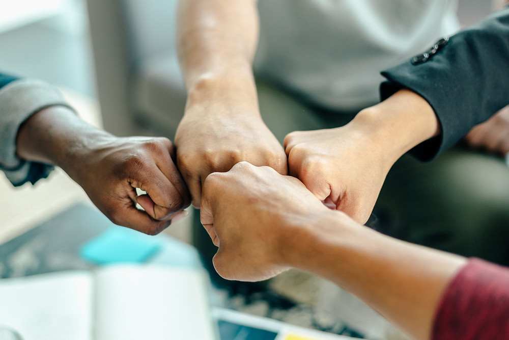 collaborateur en cohésion pendant un teambuilding