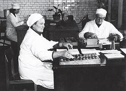 Tryškių ceche (iš dešinės) Mečislovas Daržinskas, pieno priėmėja Stefanija Mažeikienė ir kabineto gilumoje - tuomet jaunoji specialistė Vanda Mikalauskienė