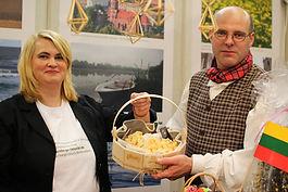 На снимке: председатель общины Кристина Браун и Сигитас Браун.