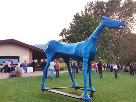 A szabadság kék lova, mely áttörte az elszigeteltség falait