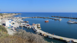 Το λιμάνι της Βλυχάδας στη Σαντορίνη