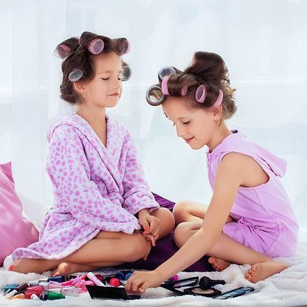 Девочки играют с косметикой