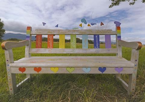 banc des rêves et des invocations, création artistique, arts plastiques, recyclage, customisation de banc, couleurs arc-en-ciel,