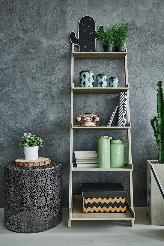 Graue Wand und Bücherregal