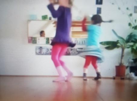 Wohnzimmertanzen:  'Omm' Tanz für  4 -7 Jährige 1.Teil