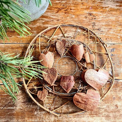 INDRĖS IDĖJOS natūralus vainikas su širdelėmis iš kokoso riešuto