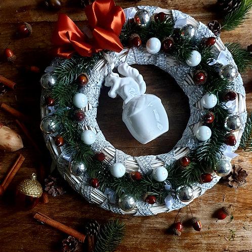 INDRĖS IDĖJOS rankų darbo pakabinamas Kalėdinis vainikas su voveryte