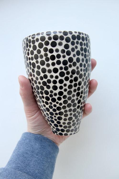 ERNESTA.CERAMICS ryškusis taškuotas puodelis