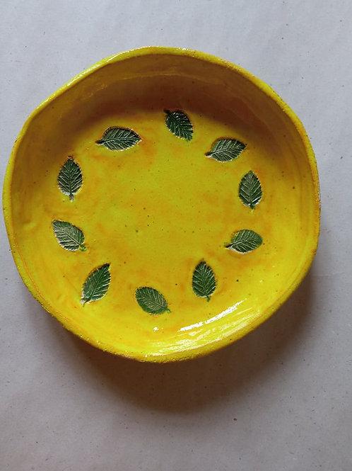 ANOSSTUDIO rankų darbo keramikos lėkštė su lapeliais