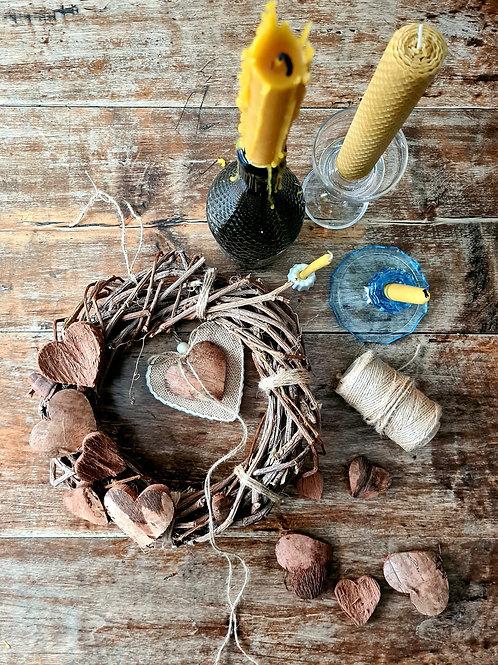 INDRĖS IDĖJOS Natūralus vainikas su medinėmis širdelėmis
