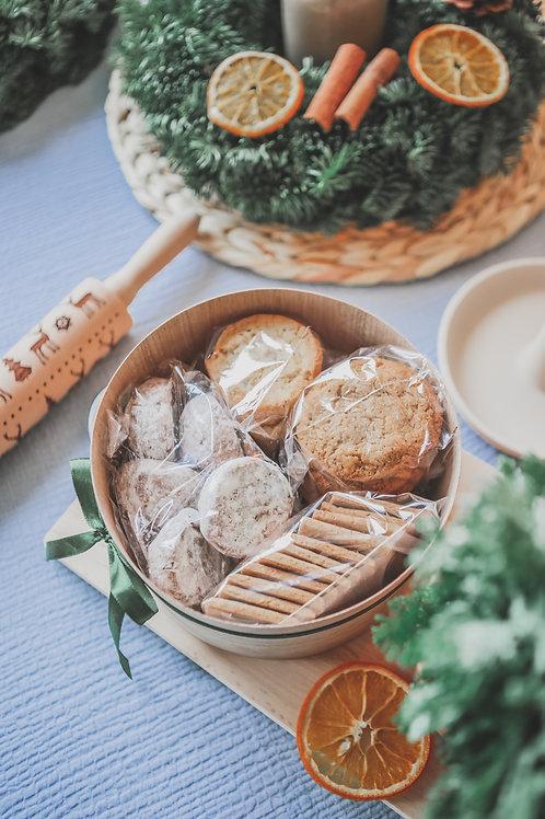 KEPINIŲ NAMAI rankų darbo kalėdinių sausainių rinkinys (Vidutinis)