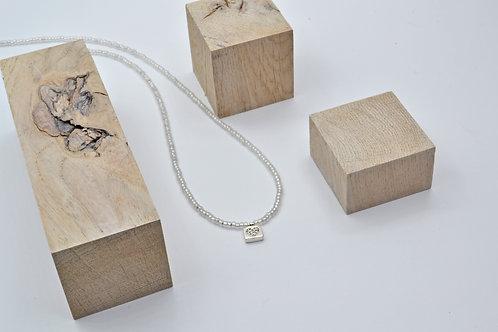 NEDA TULEIKĖ JEWELRY biserio karoliai su sidabriniu pakabuku