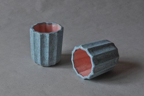 ANOSSTUDIO rankų darbo rožinis puodelis; melsvas puodelis