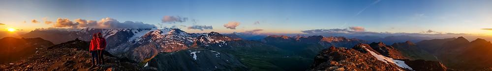 Panorama bei Sonnenaufgang auf der Rötelspitze