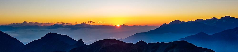 Sonnenaufgang auf 3'000 MüM. Das Schauspiel eines Sonnenaufgang ist nie gleich, aber sicher dank der Wolken immer wieder spektakulär!