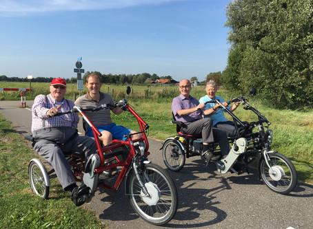 Lions op de duofiets met bewoners van Isselwaerde en Mariënstein