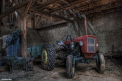 traktor-in-der-scheune