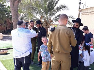 Visite d'une base militaire dans le désert de Judée, pendant la Fête de Souccot, avec le Beth Ha