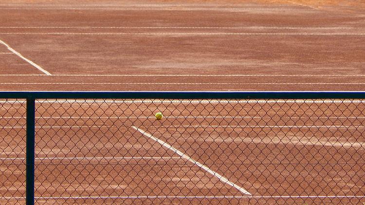 テニス・コート・スルー・ザ・フェンス
