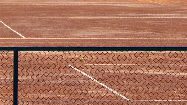 Tennisbane-Through-the-Fence