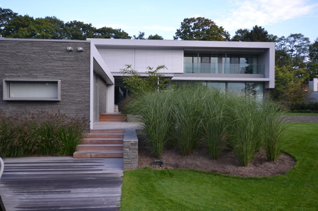Moderne tuin aan het meer
