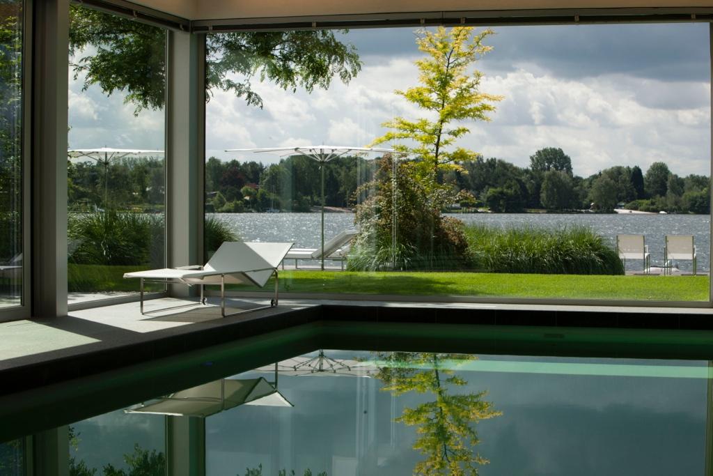 Moderne tuin aan het meer 2