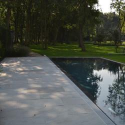 Minimalistische tuin met overloopbad