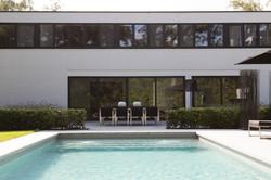 Strakke tuin met zwembad & Poolhouse