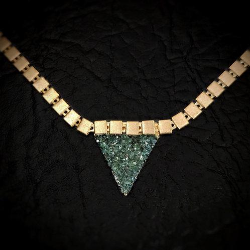 Gargantilla triangulo pequeño con cadena de cuadrados
