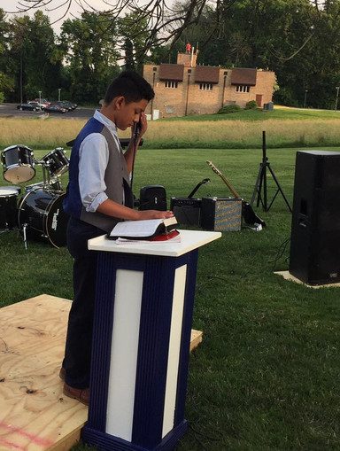 Jovenes predicando