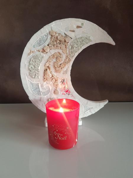 Lune en mosaïque, pierres naturelles et verre vitrail.