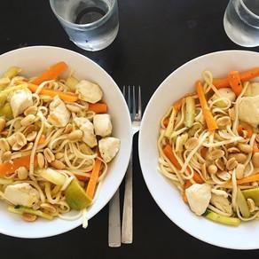 Recette : Wok de nouilles ramen au poulet, gingembre et cacahuètes