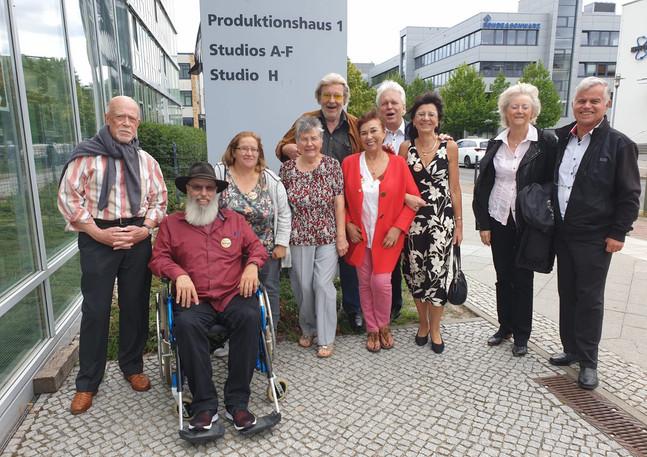 Family & Friends vor den Studios in Berlin