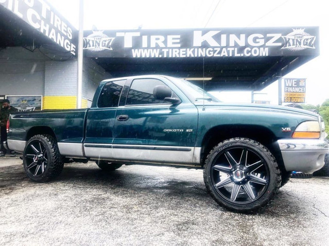 "Dodge Dakota on 22"" Hunter Off Road whee"