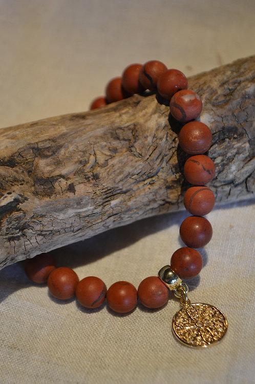 Armband aus Naturstein mit vergoldetem Anhänger.