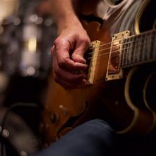 Jon med gitar, av fotograf Claus Diseth.jpg