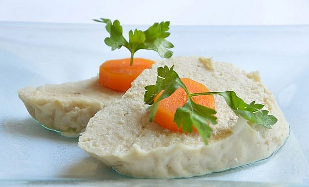 Gefilte_fish_topped_with_slices_of_carro