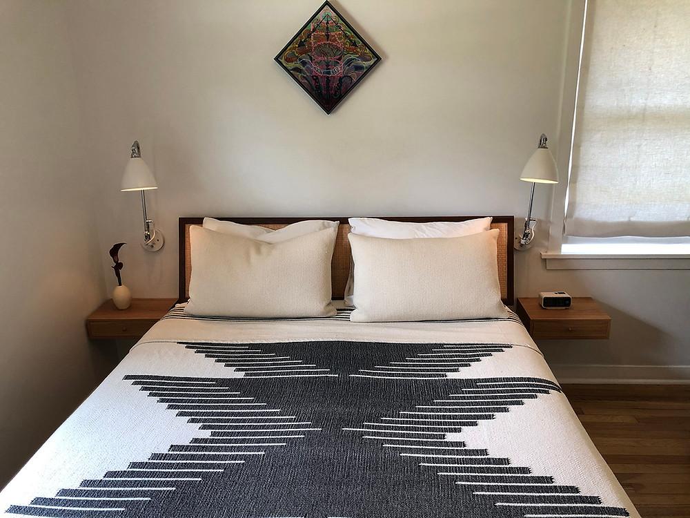 lebegő éjjeliszekrény kis hálószobába